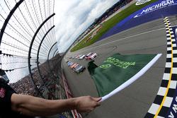 Старт: лидирует Кевин Харвик, Stewart-Haas Racing Chevrolet