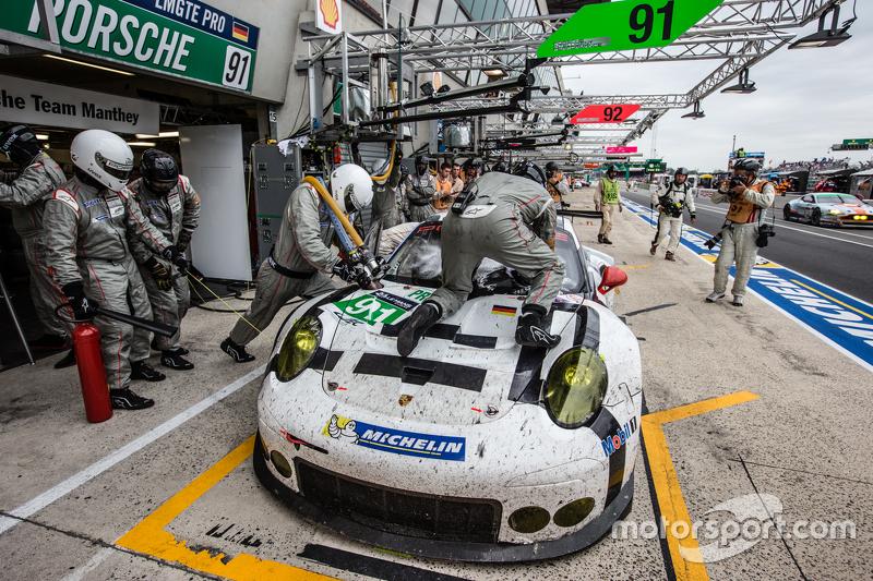 Pit stop untuk  #91 Porsche Team Manthey Porsche 911 RSR: Richard Lietz, Jörg Bergmeister, Michael Christensen