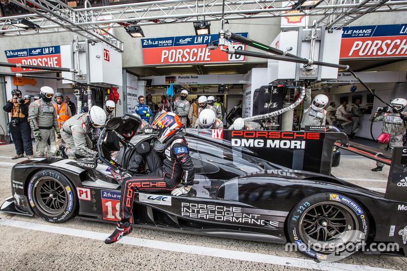Pit stop for #18 Porsche Team Porsche 919 Hybrid: Romain Dumas, Neel Jani, Marc Lieb