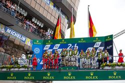 LMP1 podium: klasse en overall winnaar Porsche Team: Nico Hulkenberg, Nick Tandy, Earl Bamber, tweede plaats Porsche Team: Timo Bernhard, Mark Webber, Brendon Hartley, derde plaats Audi Sport Team Joest Audi R18 e-tron quattro: Marcel Fässler, Andre Lotter