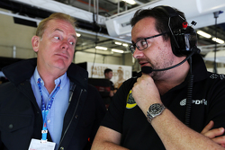 Jonathan Palmer, met Julien Simon-Chautemps, Lotus F1 Team Race Engineer