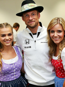 Jenson Button, de McLaren con chicas de la Fórmula Uno