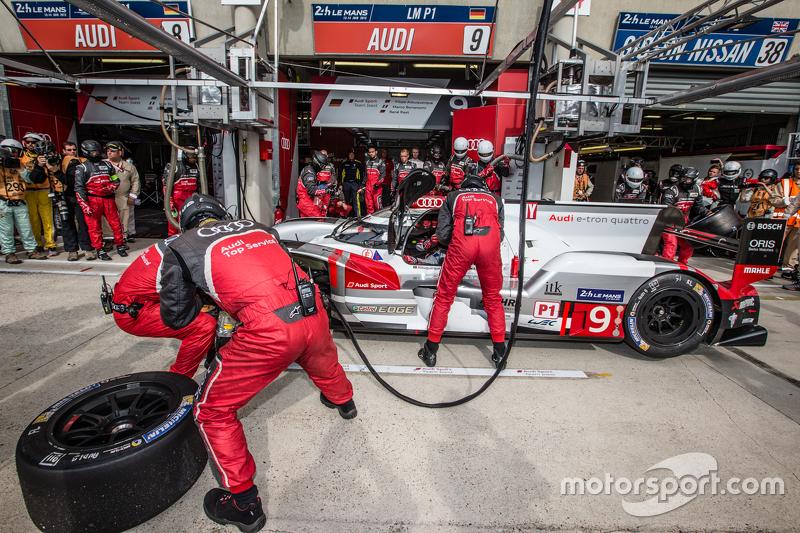 Pit stop for #9 Audi Sport Team Joest Audi R18 e-tron quattro: René Rast, Filipe Albuquerque, Marco Bonanomi