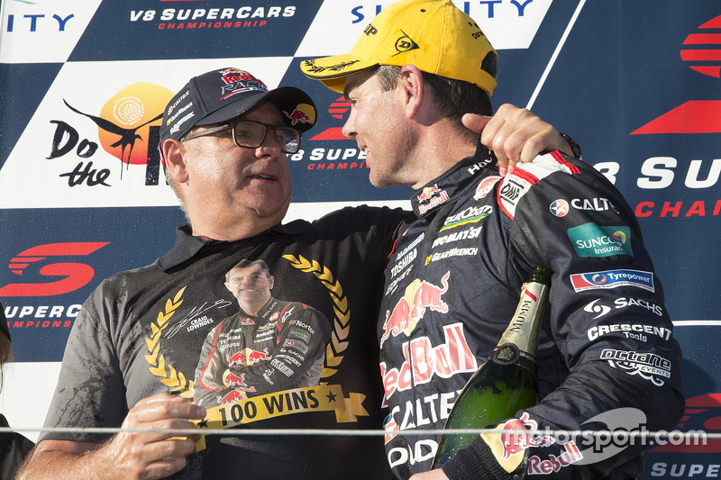 Juara balapan Craig Lowndes, Triple Eight Race Engineering Holden merayakans his 100th win
