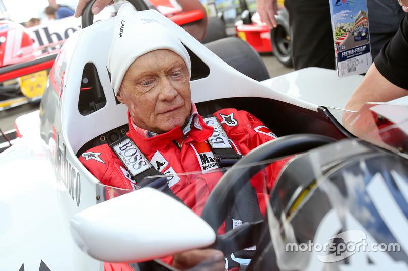 Niki Lauda, Aufsichtsratsvorsitzender Mercedes AMG F1, im McLaren MP4/2 bei der Legenden-Parade