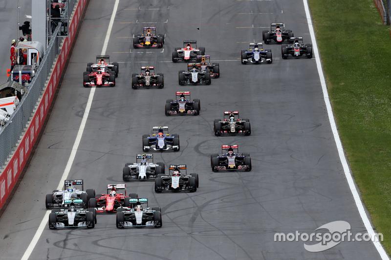 Rennstart: Nico Rosberg, Mercedes AMG F1 Team, und Lewis Hamilton, Mercedes AMG F1 Team