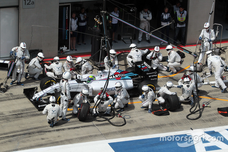 Felipe Massa, Williams FW37 makes a pit stop