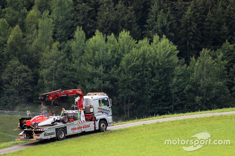 La voiture de Will Stevens, Manor F1 Team est ramenée aux stands sur un camion-plateau