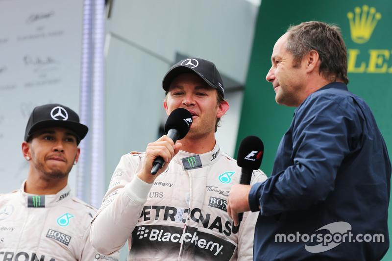 Льюис Хэмилтон, Mercedes AMG F1 с победителем гонки - Нико Росбергом, Mercedes AMG F1 и Герхардом Бергером, на подиуме