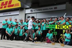 Lewis Hamilton, Mercedes AMG F1 merayakan a 1-2 finish bersama tim