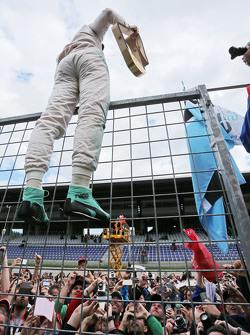 Juara balapan Nico Rosberg, Mercedes AMG F1 merayakan wwith the fans