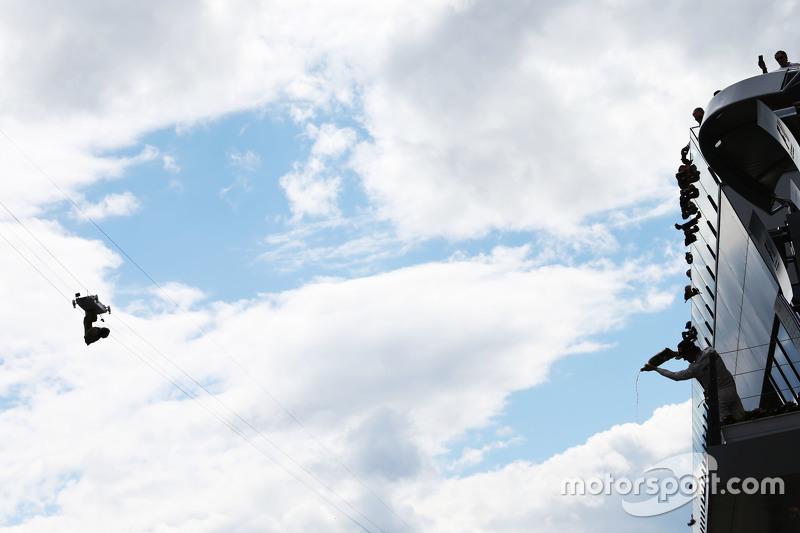 Juara balapan Nico Rosberg, Mercedes AMG F1 merayakan di podium