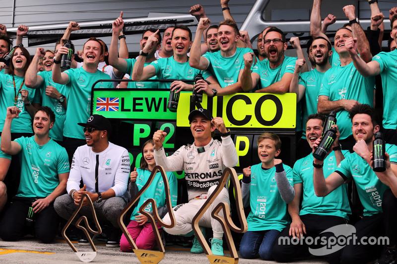 Juara balapan, Nico Rosberg, Mercedes AMG F1, dan team mate Lewis Hamilton, Mercedes AMG F1 merayakan bersama  tim