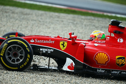 Esteban Gutierrez, Ferrari SF15-T, Test- und Ersatzfahrer bei Ferrari, rutscht von der Strecke und hinein ins Kiesbett