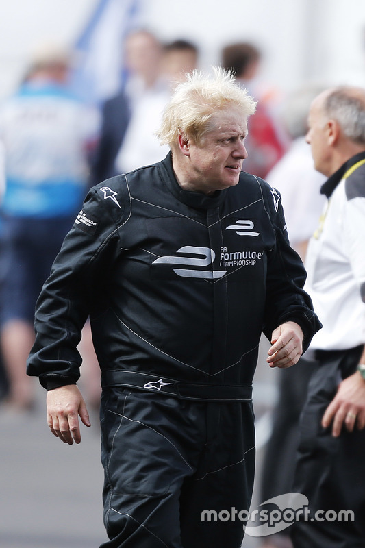 Prefeito de Londres, Boris Johnson anda num carro da Formula E no circuito do Battersea Park