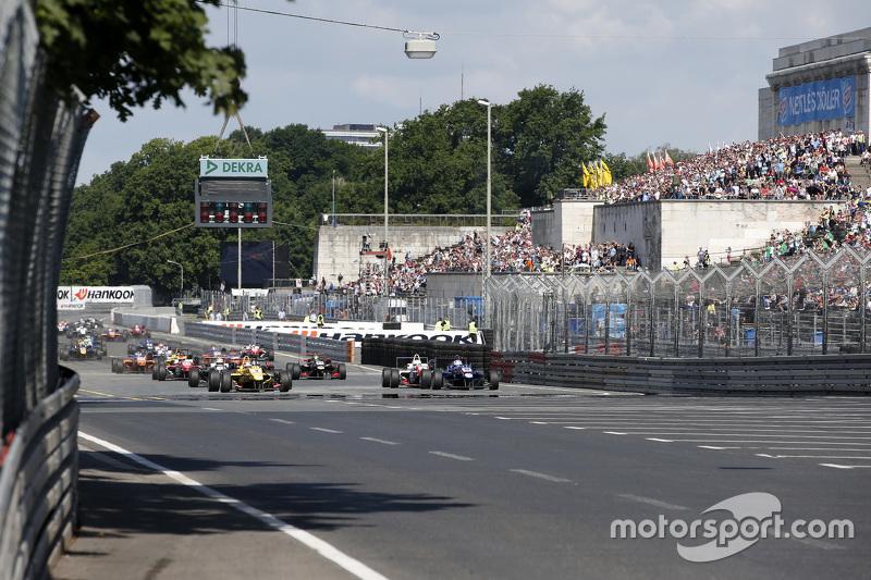 Rennstart: #3 Antonio Giovinazzi, Jagonya Ayam mit Carlin, Dallara Volkswagen; #2 Jake Dennis, Prema