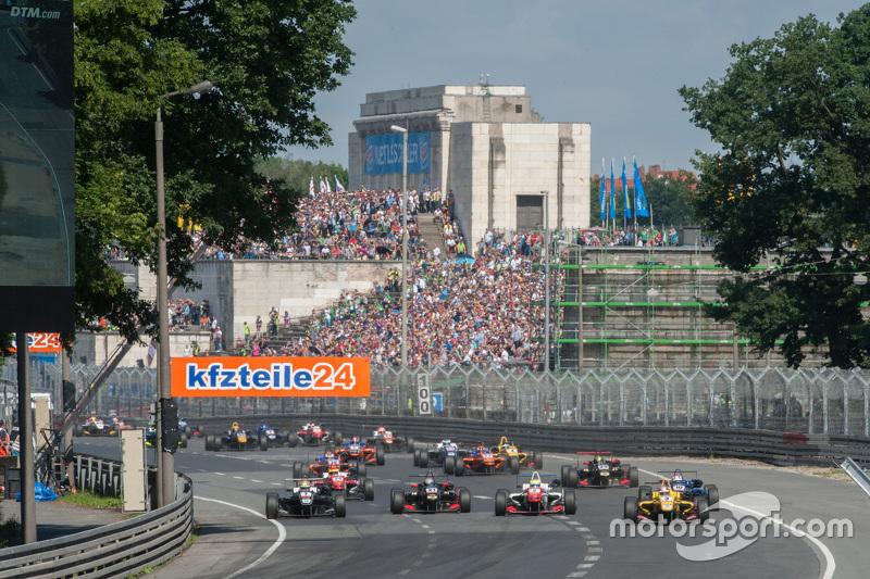Start: Antonio Giovinazzi, Jagonya Ayam bersama Carlin Dallara Volkswagen memimpin