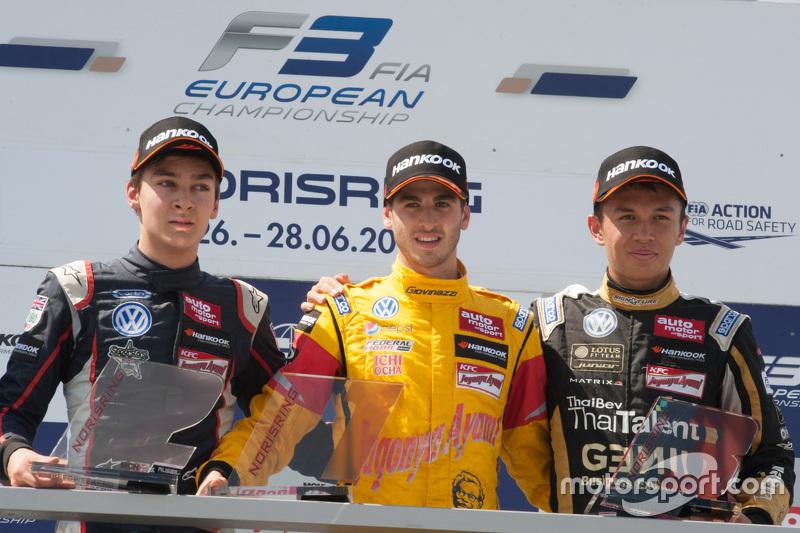 Race 3 Podium: peringkat kedua George Russell, Carlin, dan winner Antonio Giovinazzi, Jagonya Ayam w