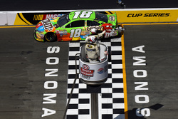 Kyle Busch, Joe Gibbs Racing Toyota remporte la course