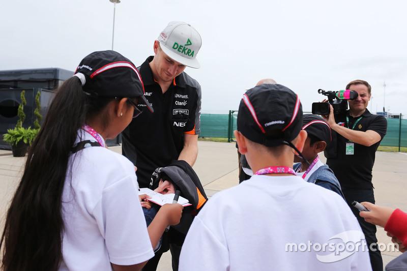 Nico Hülkenberg, Sahara Force India F1, schreibt Autogramme für die Kinder von Formel 1 in der Schul