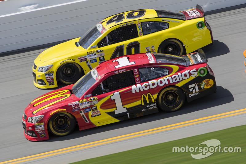 Landon Cassill, Hillman Circle Sport LLC Chevrolet, dan Jamie McMurray, Chip Ganassi Racing Chevrole