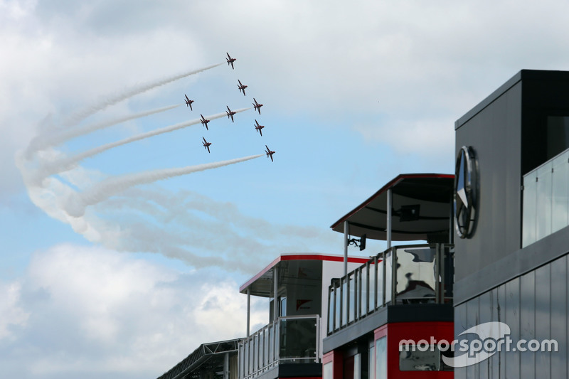 Die Red Arrows fliegen über das Fahrerlager