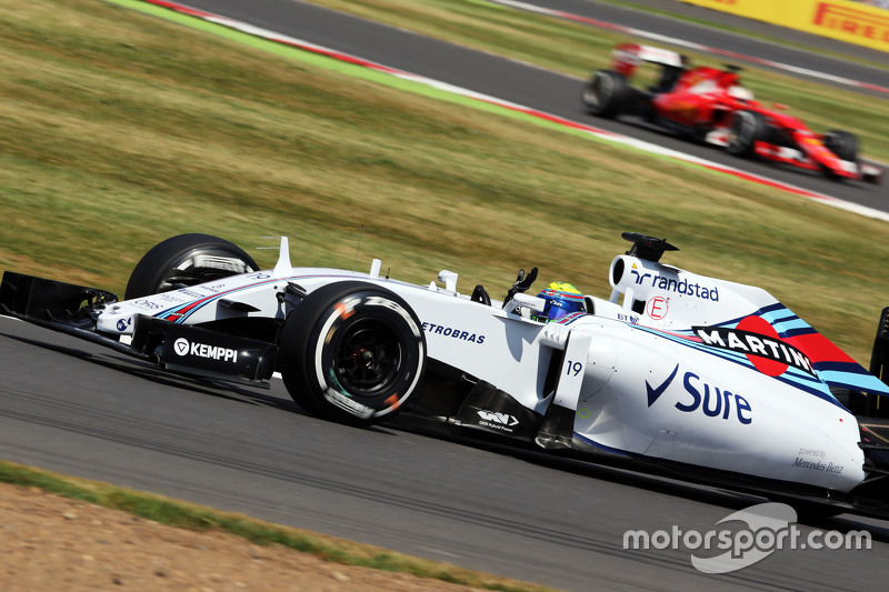 Felipe Massa, Williams FW37 waves to the fans at the end of qualifying