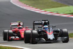 Фернандо Алонсо, McLaren MP4-30 едет впереди Кими Райкконена, Ferrari SF15-T