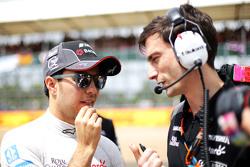 Sergio Perez, Sahara Force India F1 met Tim Wright, Sahara Force India F1 Team ingenieur op de grid