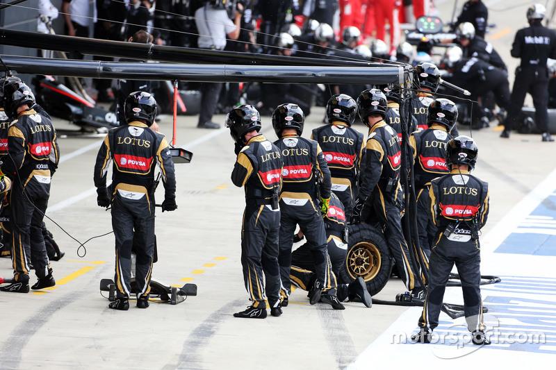 Lotus F1 Team механіки на піт-лейні на початку гонки