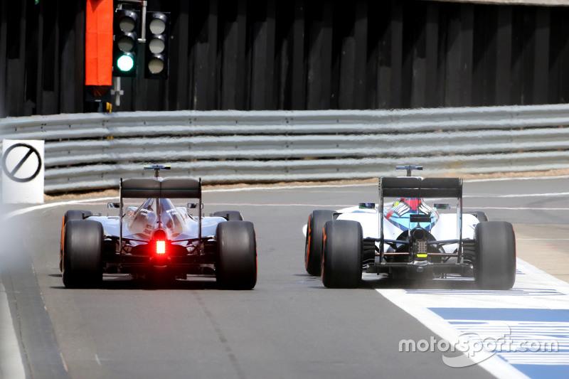 Lewis Hamilton, Mercedes AMG F1 Team, dan Felipe Massa, Williams F1 Team during pitstop