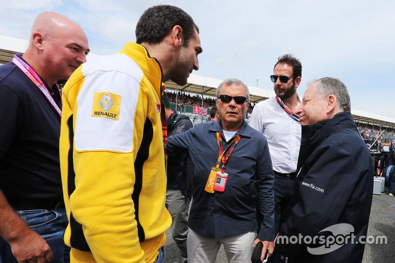 Cyril Abiteboul, Geschäftsführer Renault Sport F1, mit Sir Martin Sorrell, Geschäftsführer WPP, und FIA-Präsident Jean Todt in der Startaufstellung