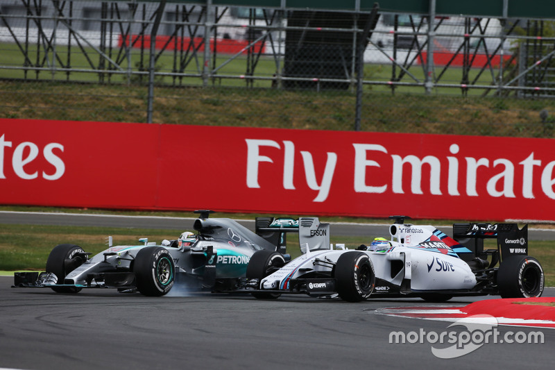 Lewis Hamilton, Mercedes AMG F1 W06 runs wide as he tries to pass Felipe Massa, Williams FW37 for the memimpin of the race