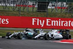Lewis Hamilton, Mercedes AMG F1 W06 gaat breed bij het inhalen van Felipe Massa, Williams FW37 voor de leiding