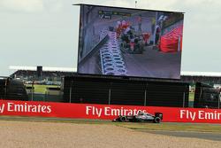 Фернандо Алонсо, McLaren MP4-30 направляется на пит-стоп, в то время, как его напарник Дженсон Батто