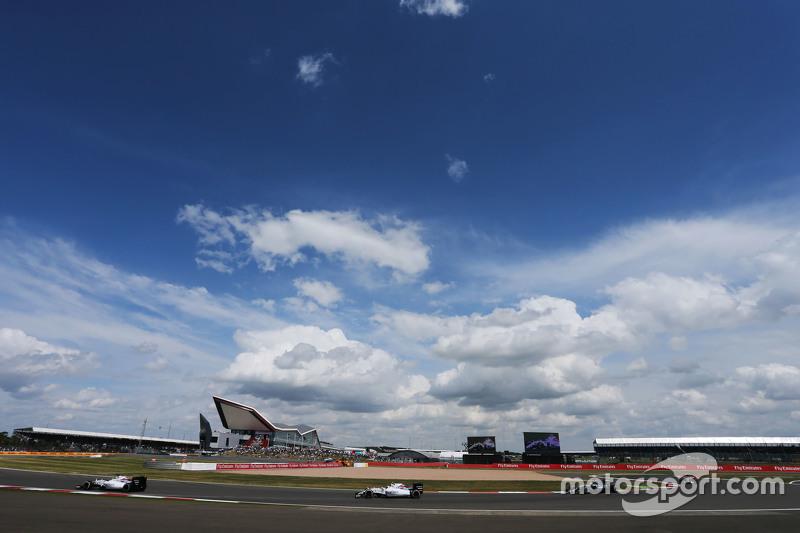 Felipe Massa, Williams FW37, in Führung vor Teamkollege Valtteri Bottas, Williams FW37; Lewis Hamilton, Mercedes AMG F1 W06 und Nico Rosberg, Mercedes AMG F1 W06