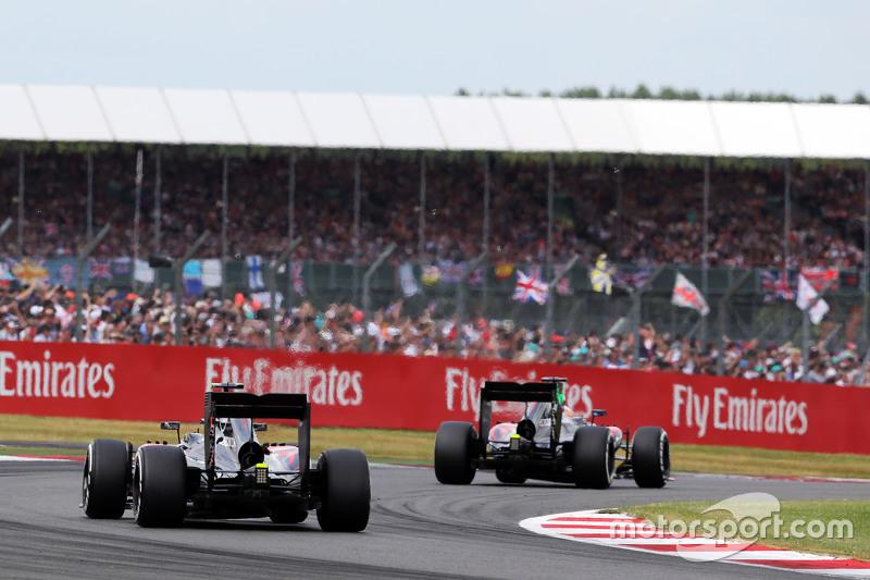 Fernando Alonso, McLaren MP4-30 davanti a Jenson Button, McLaren MP4-30 nel giro di formazione