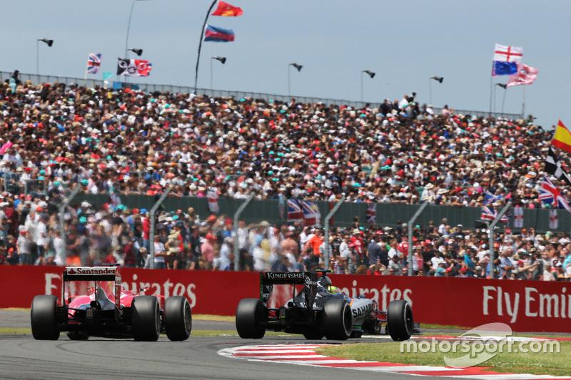 Sergio Perez, Sahara Force India F1 VJM08 memimpin Sebastian Vettel, Ferrari SF15-T