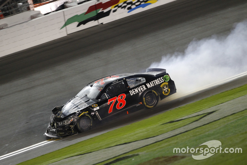 Martin Truex jr., Furniture Row Racing, Chevrolet, mit Unfall