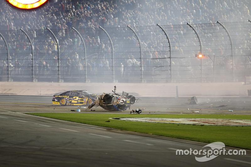 Kru memeriksa kerusakan mobil Austin Dillon, Richard Childress Racing Chevrolet