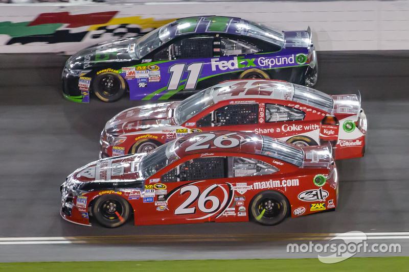 Denny Hamlin, Joe Gibbs Racing Toyota, Kyle Larson, Ganassi Racing Chevrolet dan Jeb Burton, BK Racing Toyota
