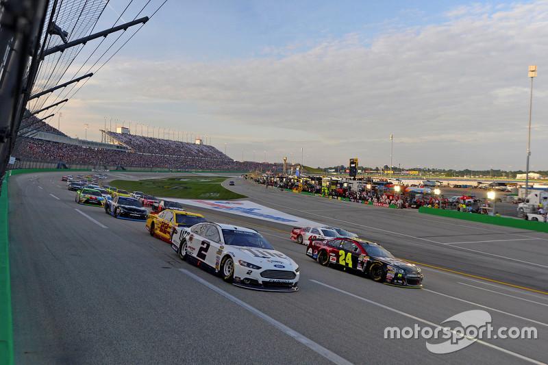 Brad Keselowski, Team Penske Ford dan Jeff Gordon, Hendrick Motorsports Chevrolet