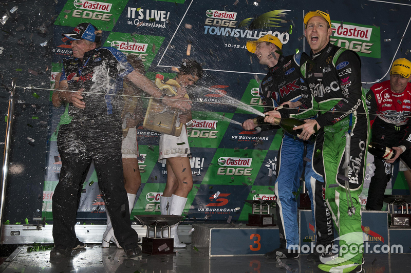 Podium: Race winner Mark Winterbottom, Prodrive Racing Australia Ford and second place David Reynolds, Rod Nash Racing Ford
