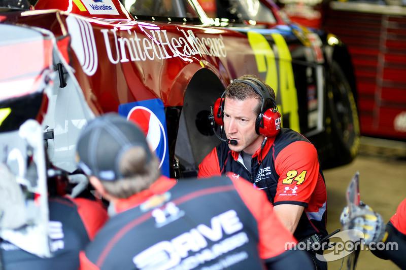 Alan Gustafson melihat mobil Jeff Gordon, Hendrick Motorsports Chevrolet yang mengalami kerusakan