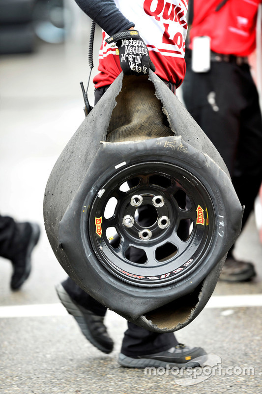 Ryan Newman, Richard Childress Racing Chevrolet alami pecah ban