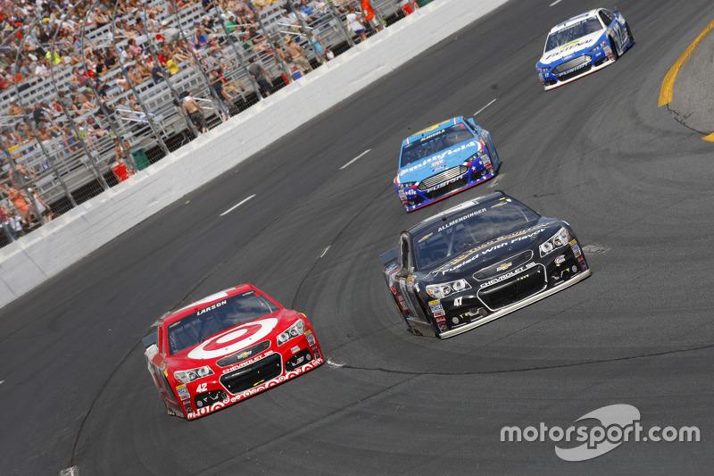 Kyle Larson, Chip Ganassi Racing Chevrolet, dan A.J. Allmendinger, JTG Daugherty Racing Chevrolet
