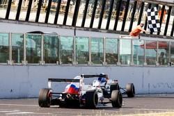 Финиш. Джек Эйткен, Koiranen, и Матевос Исаакян, JD Motorsport