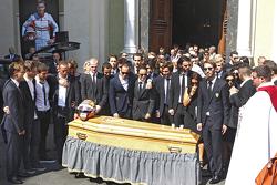 Семья, друзья и пилоты скорбят на похоронах Жюля Бьянки, Ницца, Франция