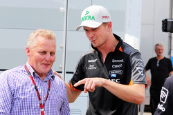 (Kiri ke Kanan): Johnny Herbert, Presenter Sky Sports F1 dengan Nico Hulkenberg, Sahara Force India F1