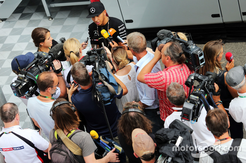 Lewis Hamilton, Mercedes AMG F1 bersama the media